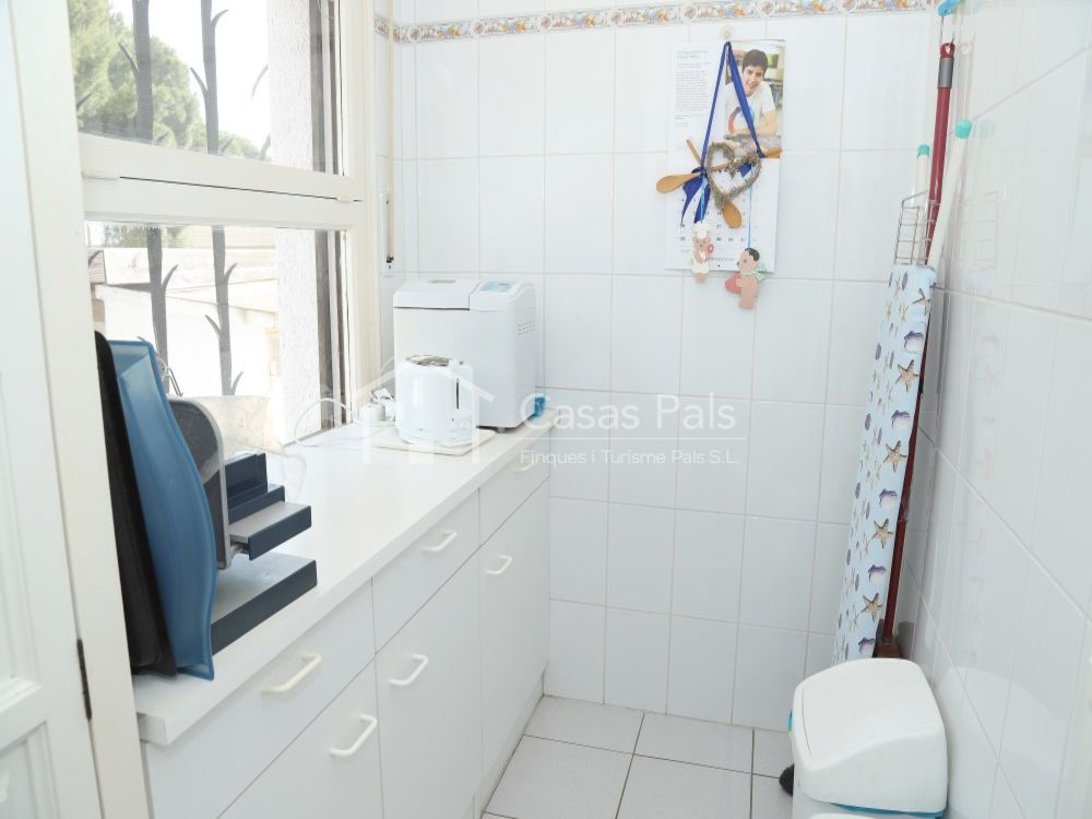 Beautiful house on one level with pool and garden in a very good residential area. Ready to move in!