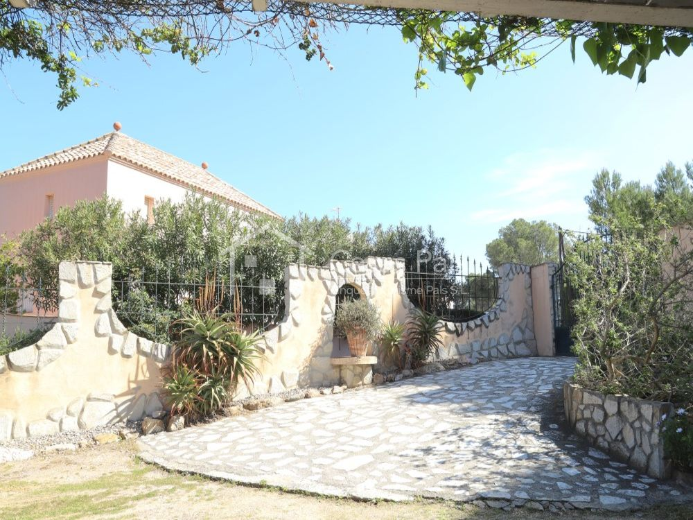 Villa with private swimming pool and guest apartment