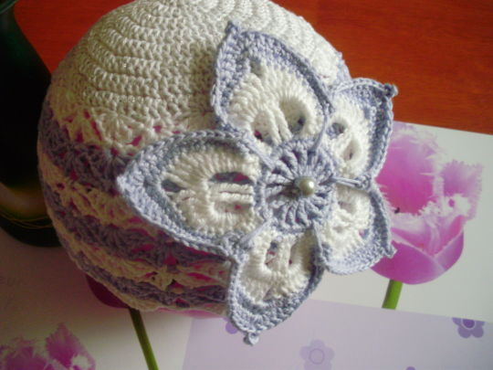 Cap with a big flower