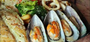 $24.90 Seafood Platter at Mount Henry Tavern