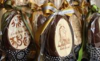 Σοκολατένιο, χειροποίητο Πασχαλινό αυγό από κορυφαίας ποιότητας σοκολάτα με διακόσμηση.