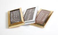 Η γνωστή παραλληλόγραμμη σοκολάτα διαστάσεων 10 x 5 εκατοστών, σε ασημί ή χρυσό γυαλιστερό κουτάκι. Ιδανικό για να στολίσει πολυτελή γαμήλια τραπέζια.