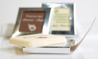 Το γνωστό τετράγωνο σοκολατένιο ευχαριστήριο διαστάσεων 5 x 5 εκατοστών, σε ασημί ή χρυσό γυαλιστερό κουτάκι. Ιδανικό για να στολίσει πολυτελή γαμήλια τραπέζια.