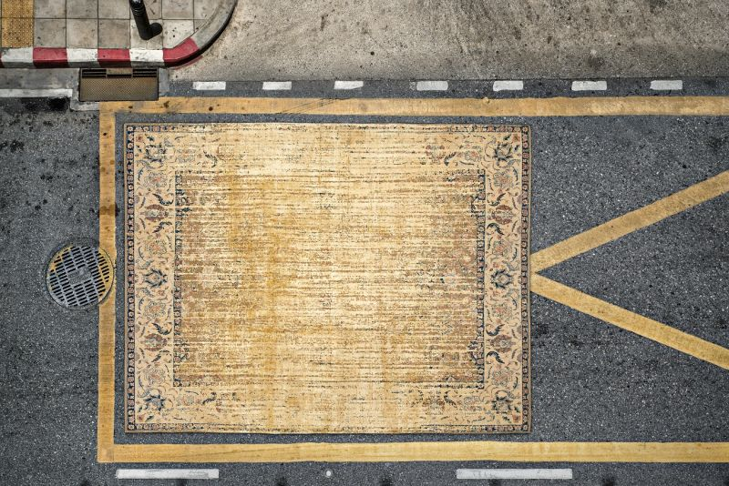 Teppichkunst trifft Fotografie: Für die Ausstellung  inszenierte Fotograf Lars Langemeier die Kollektion ERASED HERITAGE von Jan Kath als urbane Rug Art.