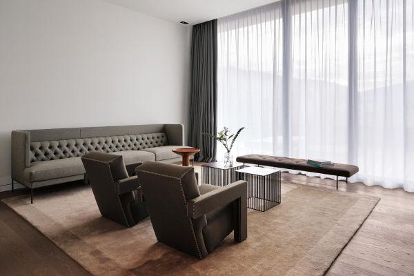 """Piero Lissoni beschreibt seinen Stil als """"sophisticated understatement"""". Das charakterisiert auch die Prestige-Suite, die mit der Idee der ruhigen Linie spielt. Sofa von Lissoni für Living Divani, Rietveld-Sessel über Cassina."""