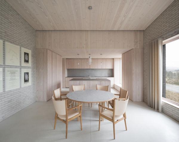 Innen setzte Pawson auf helles, unbehandeltes Holz und reduzierte Einrichtung.