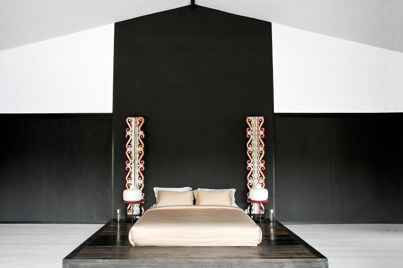 Mit geschlossenen Schiebetüren gibt sich das Elternschlafzimmer  im Obergeschoss schwarz-zeremoniell, ruhig und geradezu meditativ.