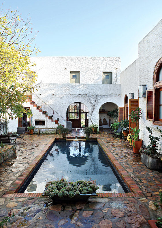 Der windgeschützte Innenhof mit Pool ist das Zentrum des Hauses und vor allem im Sommer Treffpunkt der Familie.