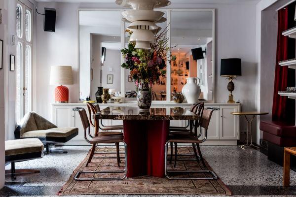 Im Pigalle werden Designklassiker wie die Breuer Freischwinger mit Vintage-Stücken kombiniert; die Spiegel vergrößern den Raum optisch.