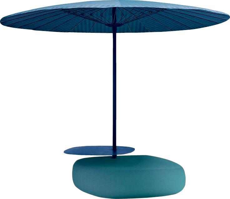 """Kippbarer Sonnenschirm """"Bistro"""" mit integriertem Pouf und Ablage von Paola Lenti, 6100 Euro."""