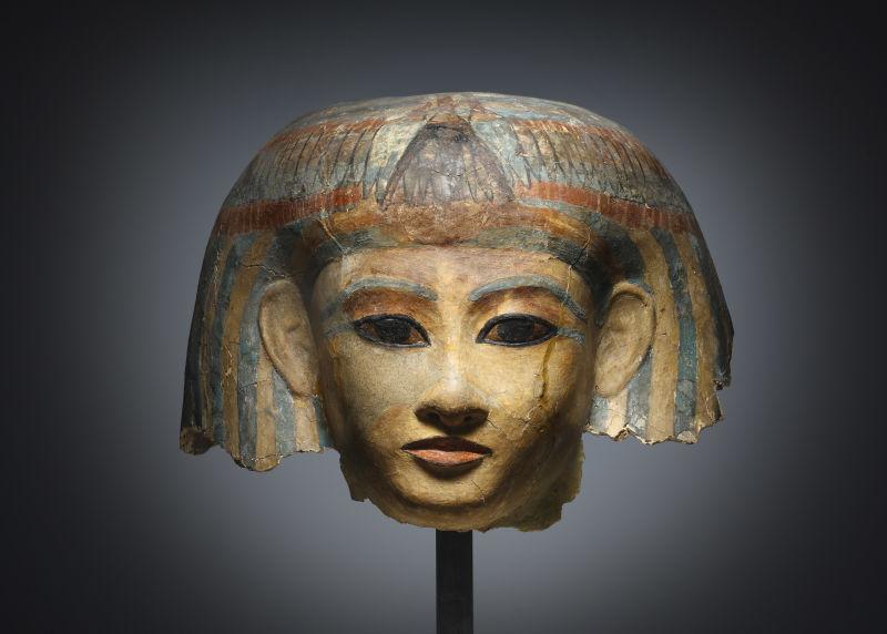 Fragment einer Totenmaske, Kartonage, polychrom bemalt. Ägyptisch, Neues Reich, 18. Dynastie, Amenophis III, ca. 1390-1353 v.C.