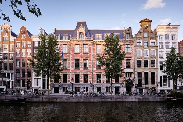 Das Hotel besteht aus 5 Grachtenhäuser, die von den beiden Seiten mit Kanäle umgeben sind.