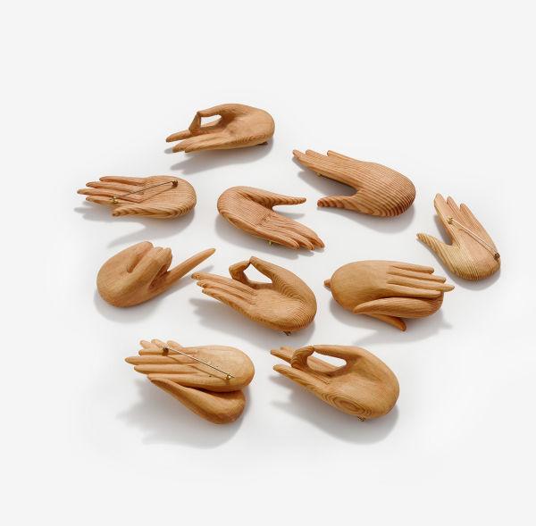 Buddhas Hände: Broschen aus Red-Pine-Holz von Woon-bok Jeong und Sungho Cho, Seoul 2016.