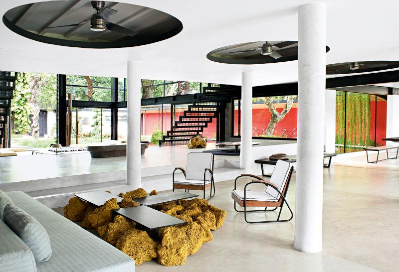 Das Kreis-Motiv wird im Plafond der Wohnhalle auf- gegriffen. Die Coffeetables sind aus vergoldetem Lavagestein.