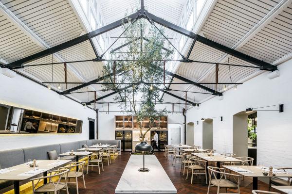 Im Restaurant können gleichzeitig 80 Gäste im Hauptraum sitzen und noch 30 in der Bar und auf der Terrasse.