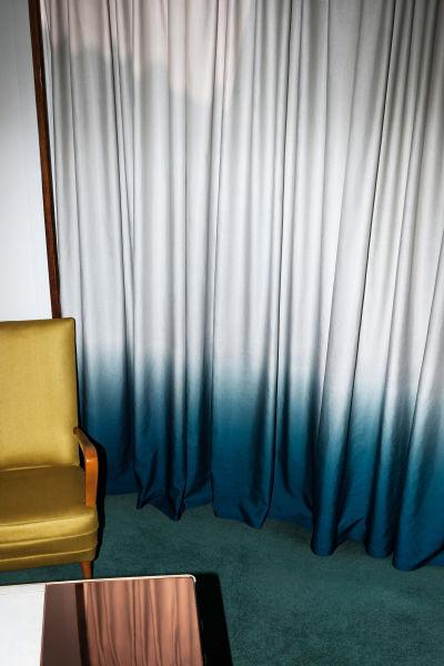 Pudertöne und Petrol, Muster in Schwarz-Weiß: Das Art déco inspiriert auch diesen Stoff Frühling und füllt die Münchner Showrooms mit Farbverläufen, coolen Metallics, Changeants, Relief- und 3D-Effekten. Art déco war gestern und es ist – ganz heute!