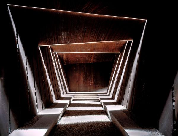 Bell–Lloc Winery in Palamós, 2007. Die Öffnungen im Dach erlauben dem Licht, der Luft und dem Regen den Innenraum einzutreten und immer wieder neues Aussehen des Interieurs zu schaffen.