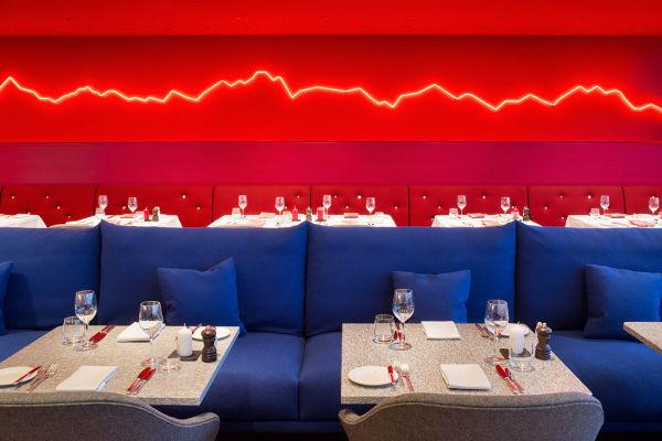 """Im Restaurant """"Saltz"""" gibt es zu jedem Gang ein minimalistisches Bergpanorama."""