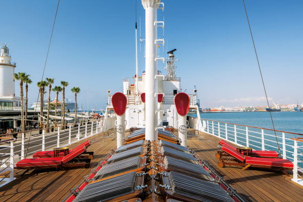 """Maßgefertigte Deckchairs laden an Bord der """"Sultana"""" zu ausgedehnten Sonnenbädern ein – Platznot dürfte für die maximal zwölf Passagiere der 65-Meter-Yacht ein Fremdwort bleiben."""