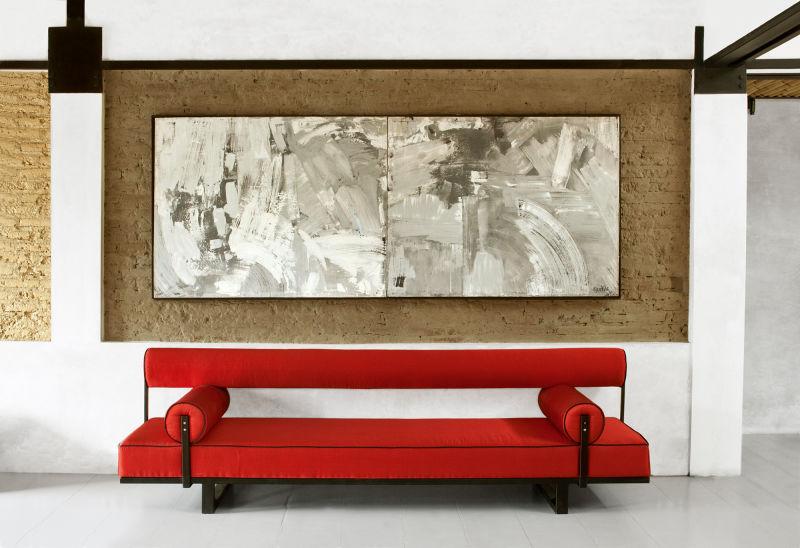 Eins von zwei mit Seide bezogenen Sofas im Master-Bedroom, darüber hängt ein Gemälde von Pablo Gentile aus New York.