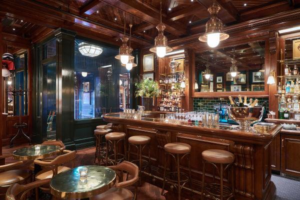 """In """"Ralph's Coffee & Bar"""" in Mayfair London werden die Gäste in eleganter Atmosphäre empfangen."""