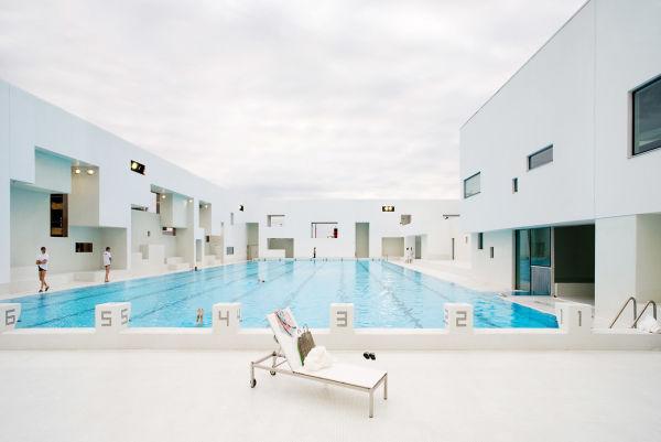 """Der Außenpool im """"Les Bains des Docs"""" von Architekt Jean Nouvel."""