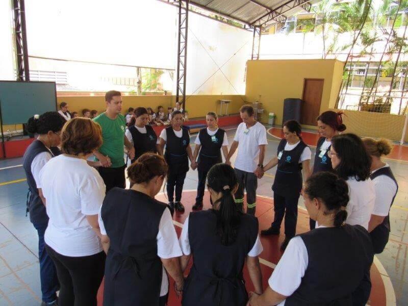 Funcionários participam de ginástica laboral