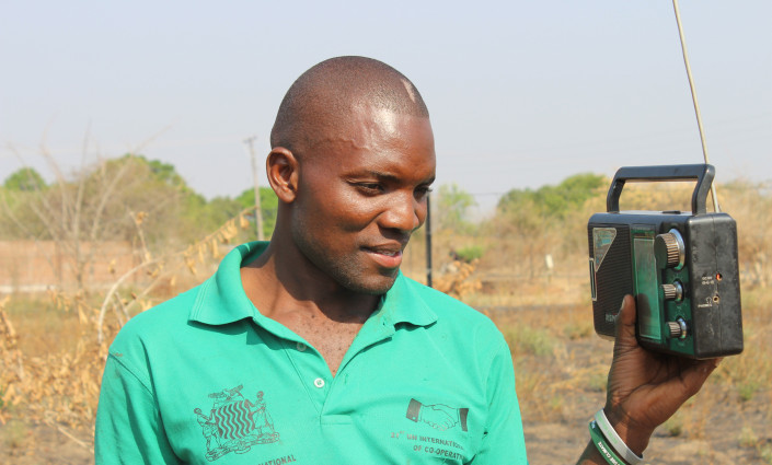 Farmers in Zambia are being sent weather forecasts via the radio and their mobile phones © Moses Zangar/UNDP