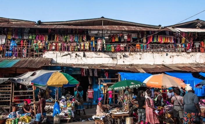 Les villes secondaires sont des carrefours commerciaux dynamiques où les agriculteurs vendent leurs produits et achètent des biens. © Mark Fischer/Flickr
