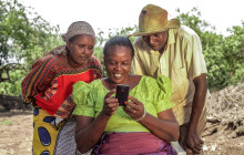 Ndemulikiwa Mbise uses her smartphone to train other farmers and run her business © Farm Africa/Hilary Duff