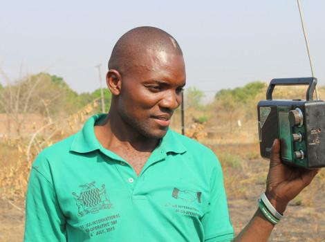 En Zambie, des agriculteurs reçoivent des prévisions météo via la radio et leurs téléphones portables. © Moses Zangar/UNDP