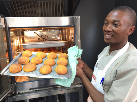Over 2,000 OFSP bread loaves and buns are being produced by bakeries in Nairobi each week. © Tawanda Muzhingi/CIP