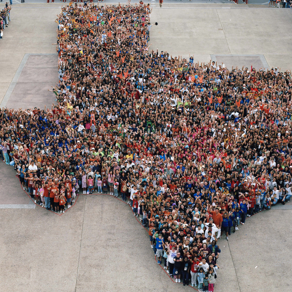 Explore UT 2009 class photo with students forming Texas at University of Texas