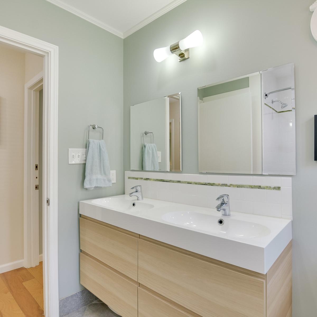 231 Hillview San Antonio house for sale bathroom