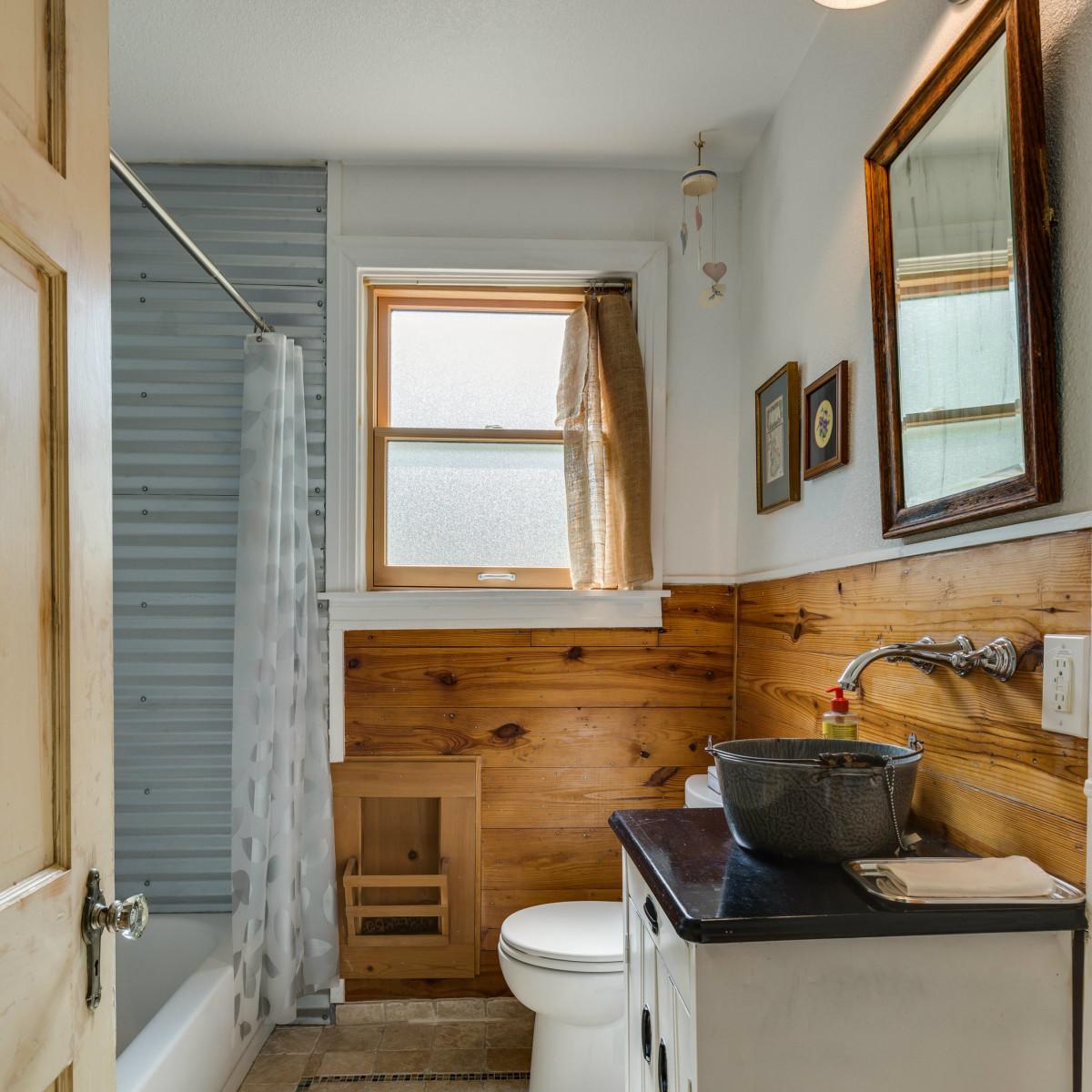 115 W Castano San Antonio house for sale bathroom