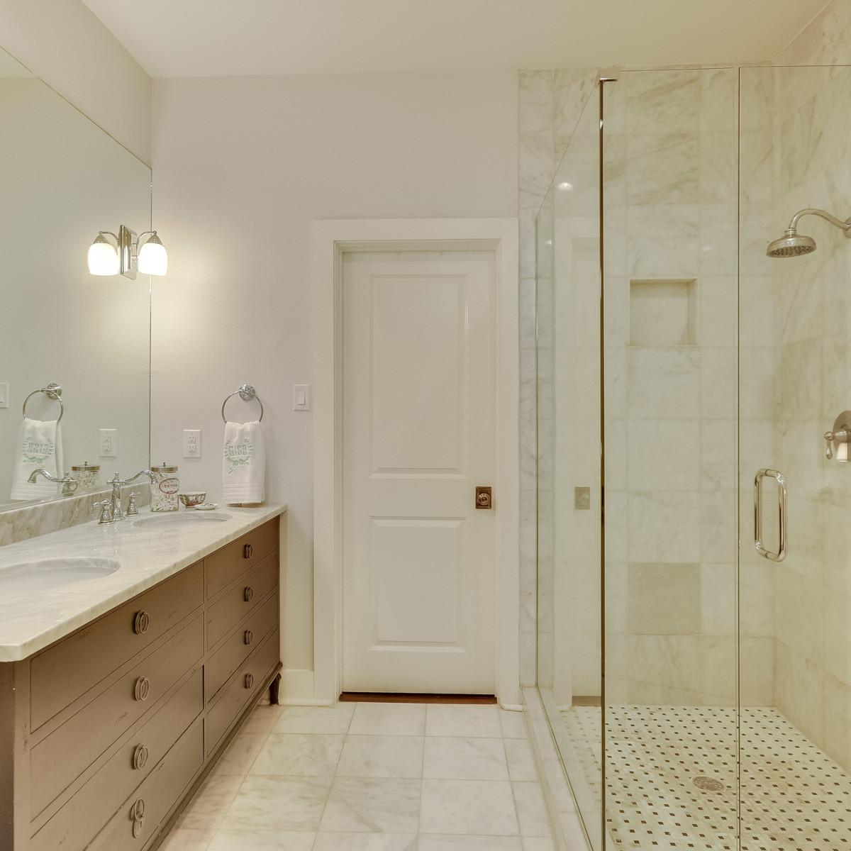 423 Queen Anne San Antonio house for sale bathroom