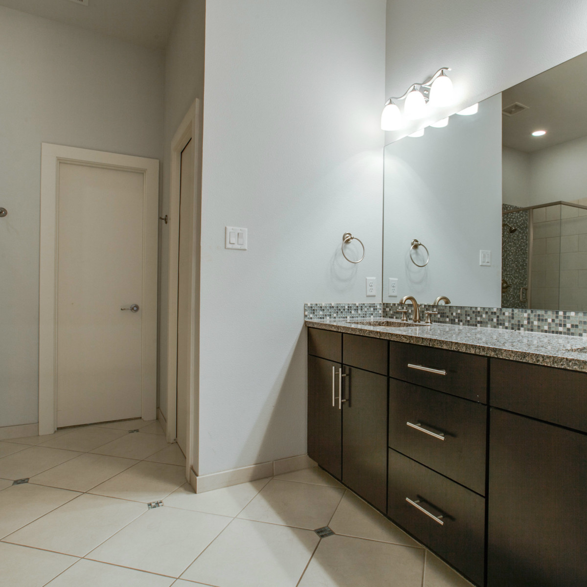 3200 Ross Ave in Dallas master bathroom