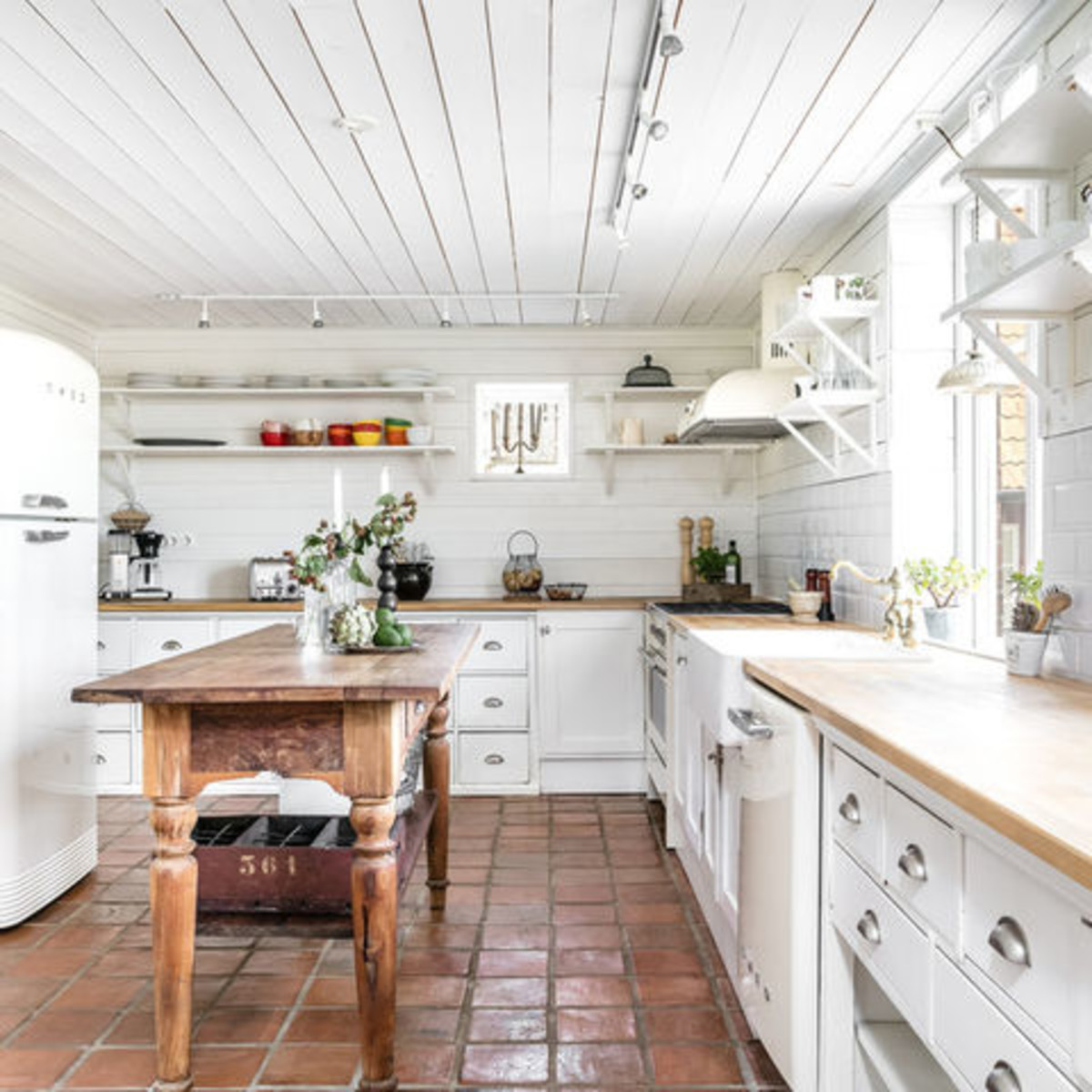 13 essentials for a charming farmhouse-style kitchen ...