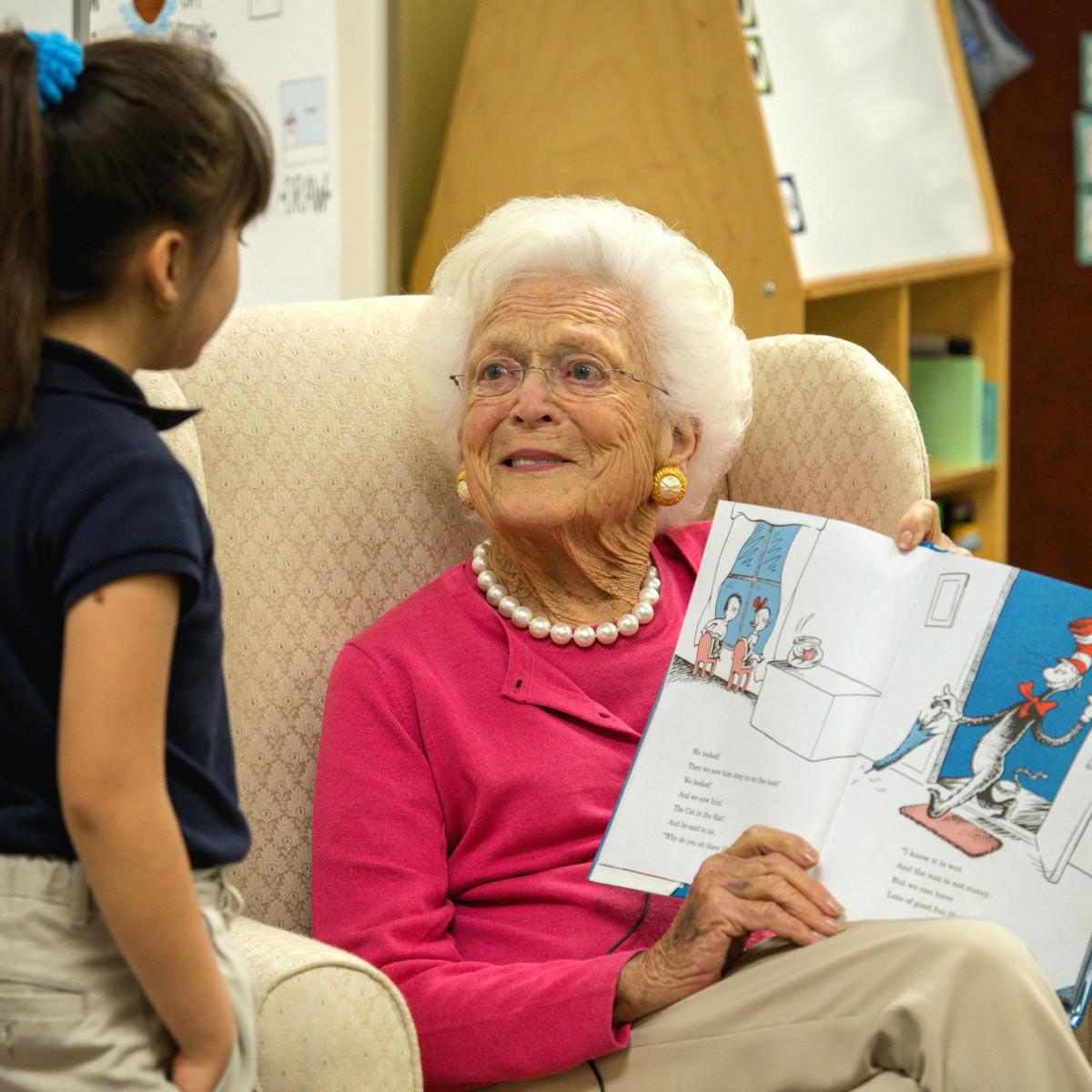 Barbara Bush reads aloud to student