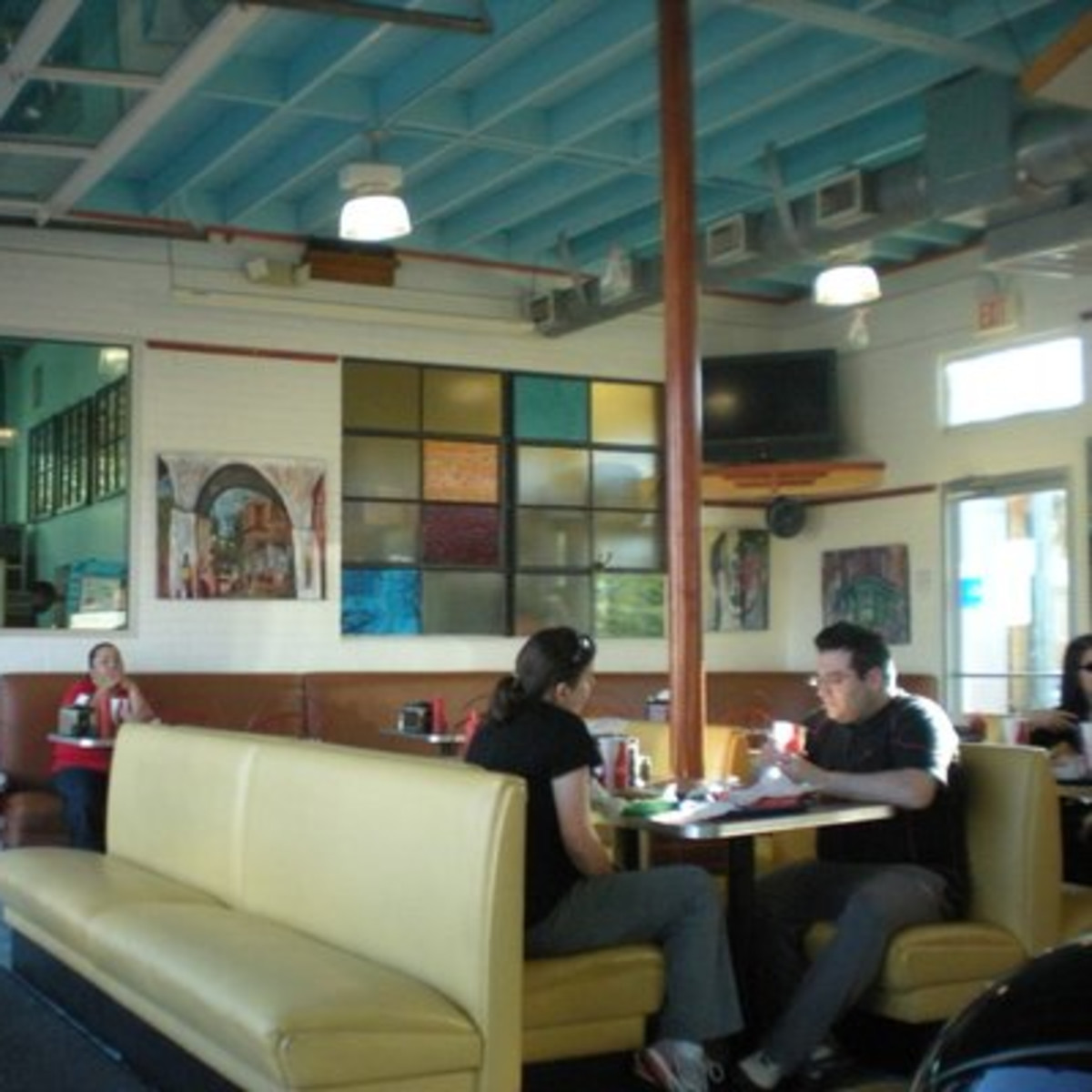 Austin Photo: Places_food_phil's icehouse interior