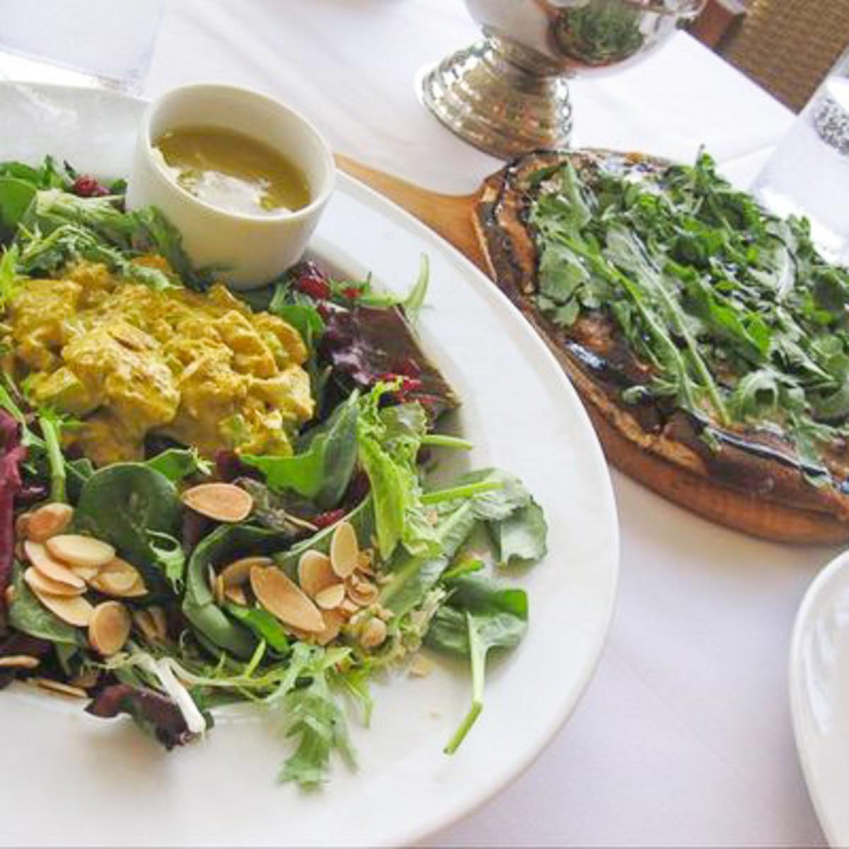 News_Up restaurant_chicken salad_pizza