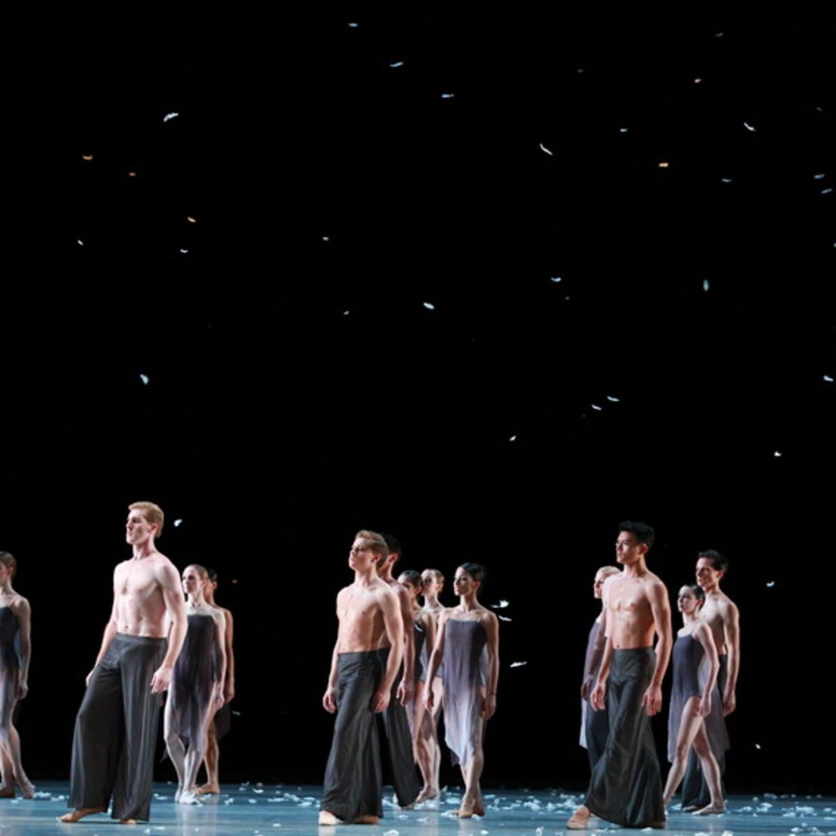 Artists of Houston Ballet in Edwaard Liang's Murmuration