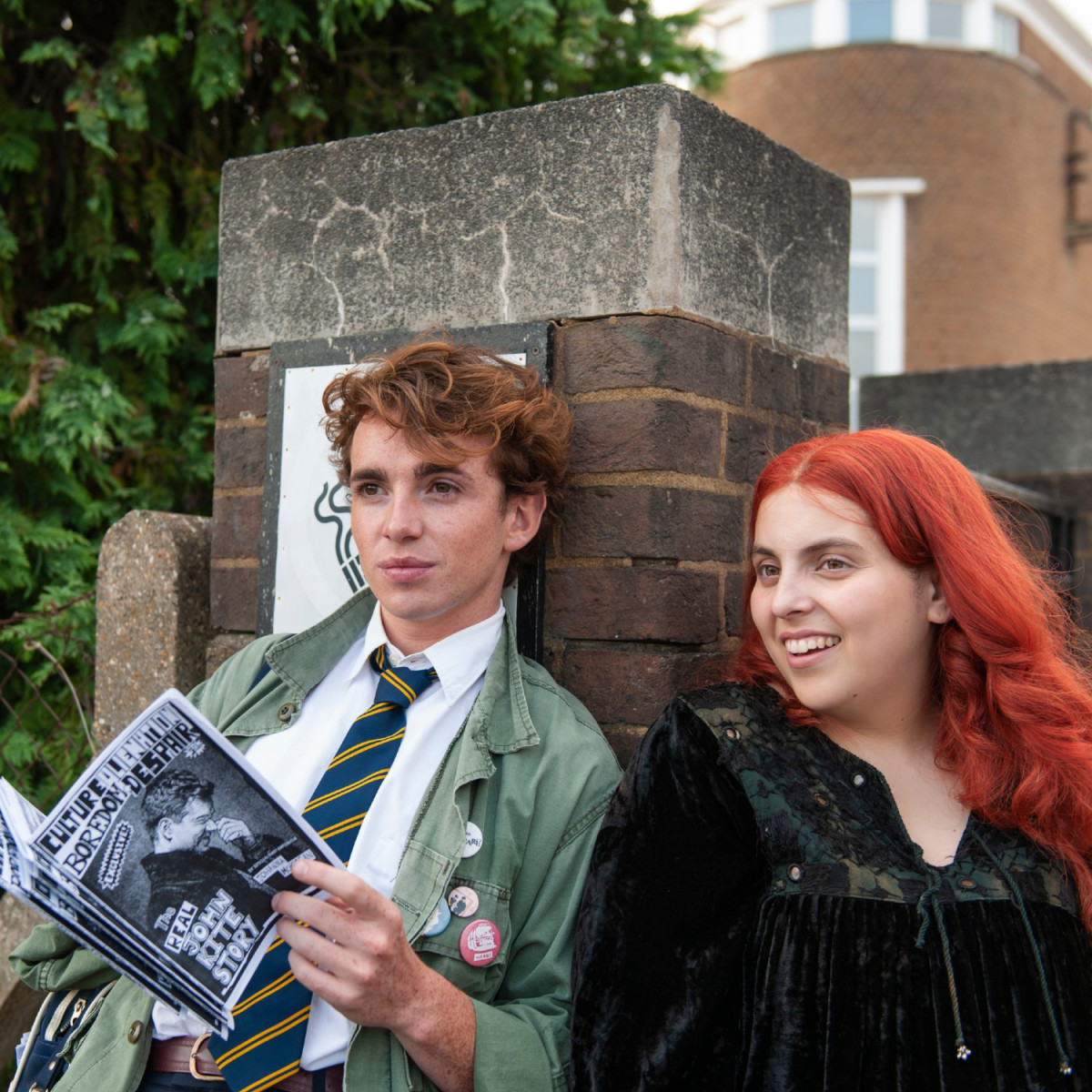 Laurie Kynaston and Beanie Feldstein in How to Build a Girl