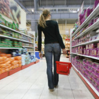 News_grocery store_woman_shopping