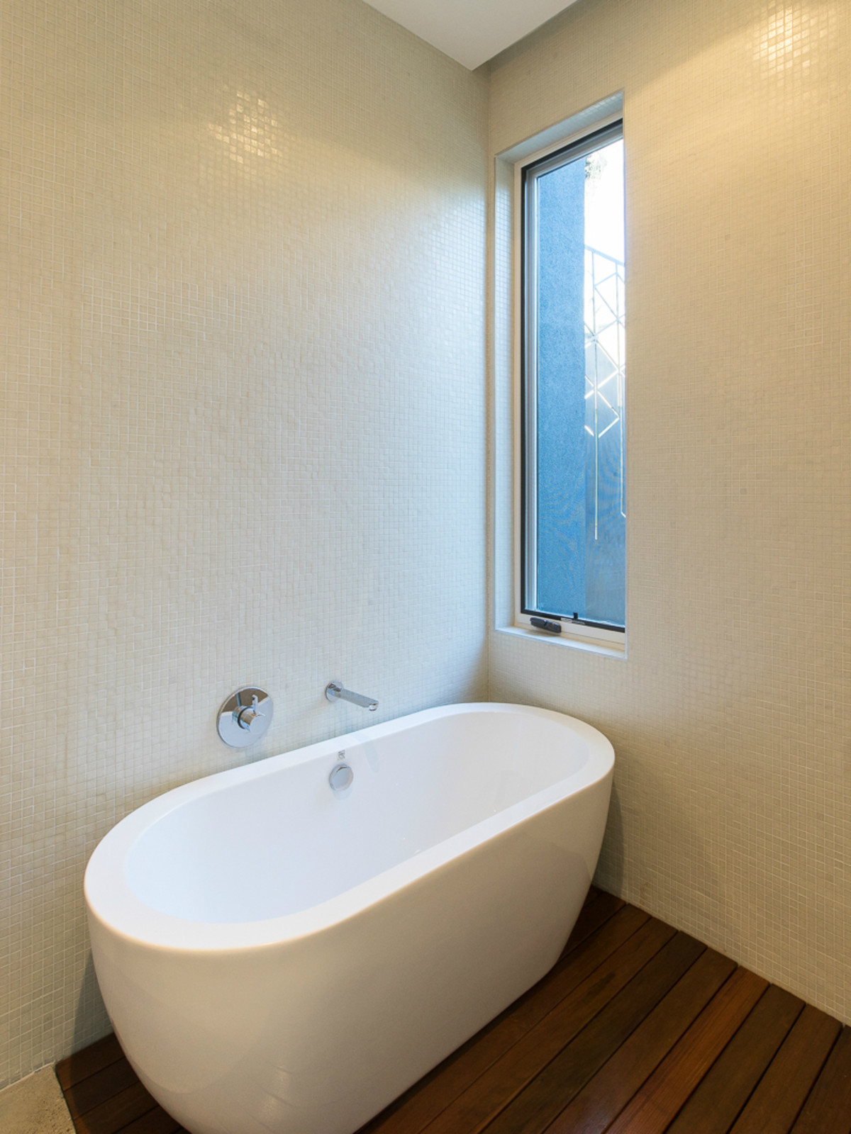 Austin house home dulplex 3305 Garden Villa Lane 78704 March 2016 bathroom tub