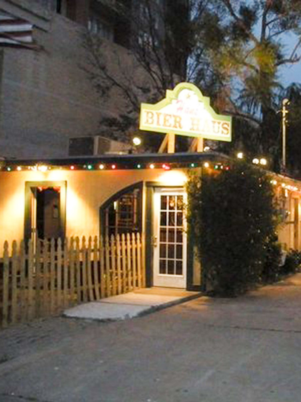 Places_Drinks_Hans' Bier Haus_exterior_night