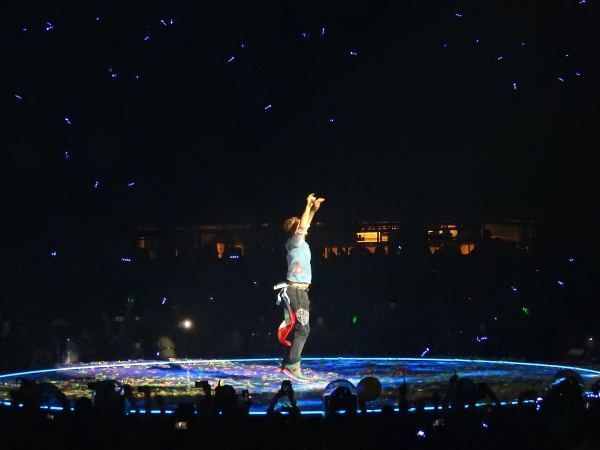 Chris Martin sporting a Texas flag