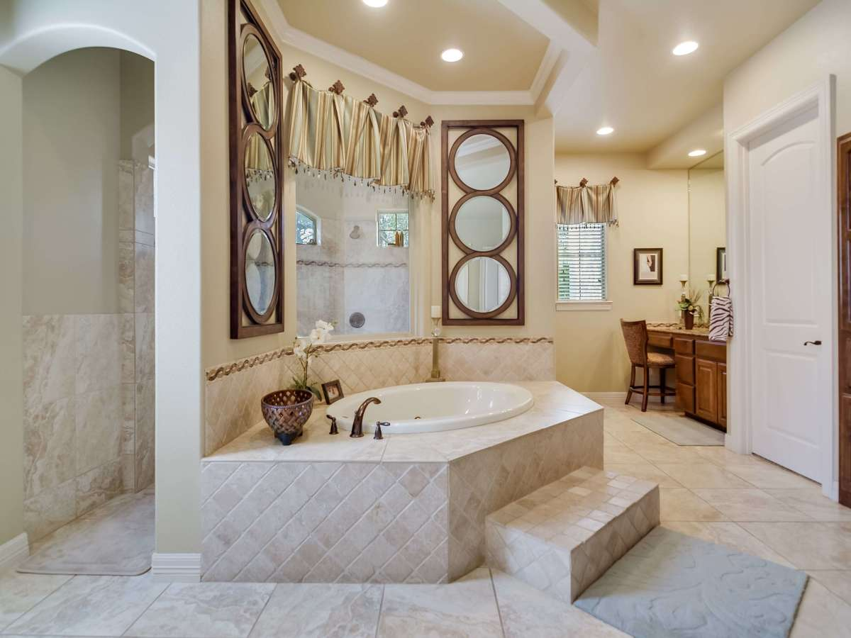 8050 Colonial Woods Boerne house for sale bathroom
