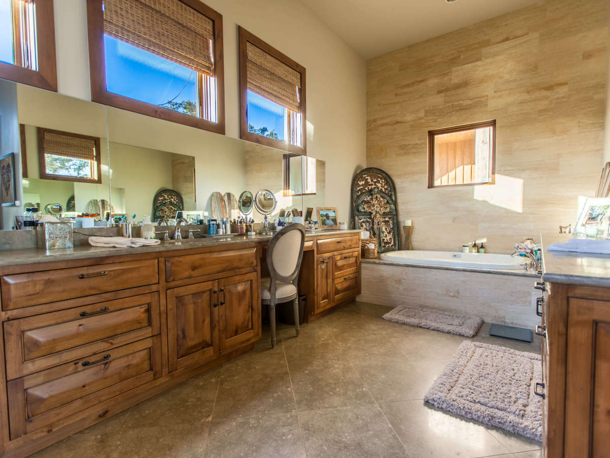 1920 Valentino Cove Lake Travis Spicewood house for sale bathroom