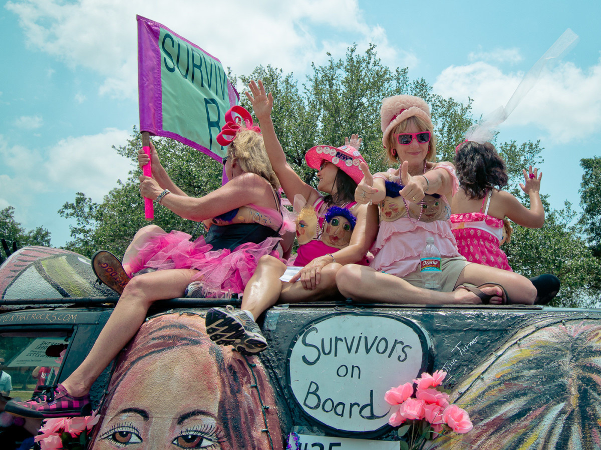 News_Art Car Parade_Women Rock